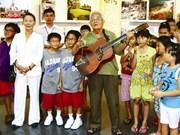 Grands-parents et petits-enfants se rendent ensemble au musée