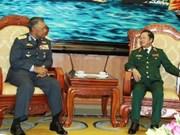 Le commandant de la force royale de l'air malaise en visite au Vietnam