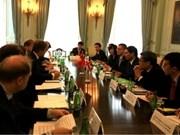 La Grande-Bretagne continue de soutenir fermement le Vietnam
