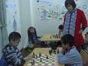 Elle transmet sa passion des échecs aux enfants