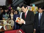 Le chef de l'État inaugure la rue florale Nguyên Huê
