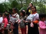 Des lunettes et des fournitures scolaires pour l'ethnie Muong