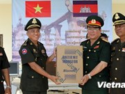 Le ministère vietnamien de la Défense offre des équipements médicaux au Cambodge