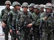 Forces de l'ordre déployées à Bangkok face à des opposants au putsch