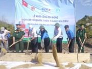 Construction d'un mât pour drapeau sur l'île de Cu Lao Xanh