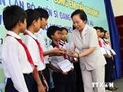 Remise des bourses aux élèves démunis de Hanoi