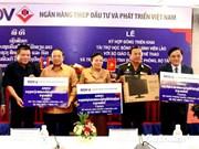 La BIDV remet des bourses et des ordinateurs au Laos