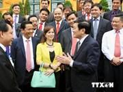 Prix Etoile Rouge: Truong Tan Sang rencontre des jeunes hommes d'affaires