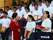 A Hanoi, quarante et un excellents élèves honorés