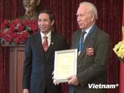 Deux Russes recoivent le titre de «Citoyen d'honneur de Hanoi »