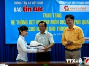 Le journal Tin Tuc offre un équipement médical à Truong Sa