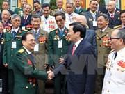 Le président du Vietnam rencontre d'anciens combattants du corps militaire 95