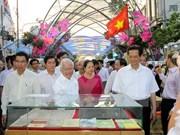 Le Premier ministre se rend à la rue florale à Ho Chi Minh-Ville