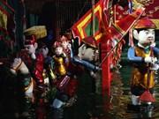 La jeunesse approche les marionnettes sur l'eau