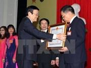 Le chef de l'Etat décore l'Université d'agronomie du Vietnam