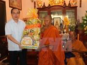 Le président du FPV offre des cadeaux aux moines khmers