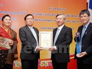 Hanoi remet le titre de citoyen d'honneur à un cadre laotien