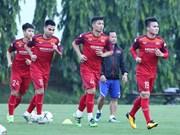 Football: l'équipe vietnamienne rencontre l'équipe malaisienne sur le terrain d'entraînement