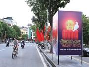 Des drapeaux et des bannières décorent les rues de Hanoï pour marquer l'anniversaire de la capitale
