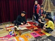 Des peintures folkloriques vietnamiennes à une exposition à Hanoi