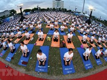 Plus de 1.200 personnes pratiquent le yoga ensemble à Da Nang