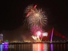 Des feux d'artifice illuminent le ciel de Da Nang