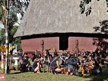Cérémonie pour fêter la maison Rông (maison communale) des Bahnar