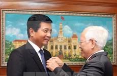 Remise de l'Insigne de Ho Chi Minh-Ville à l'ambassadeur du Laos au Vietnam