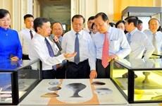 Exposition d'objets de la citadelle de Thang Long à Hô Chi Minh-Ville
