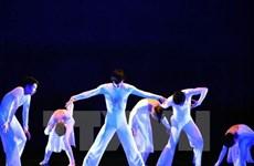 Les artistes américains donnent un cours de danse à des étudiants vietnamiens
