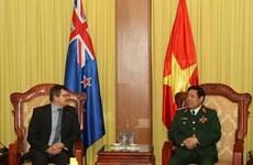 Le général Phung Quang Thanh reçoit le secrétaire général adjoint à la défense néo-zélandais