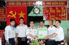 Des cadeaux pour les familles des soldats en poste à Truong Sa