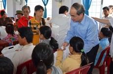 Têt traditionnel : remise de cadeaux à des familles pauvres et à des dignitaires