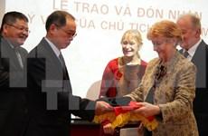 L'ambassade du Vietnam en France reçoit un objet souvenir d'Hô Chi Minh