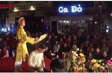 """Du """"hat van"""" interprété dans le vieux quartier de Hanoi"""