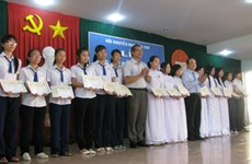 Remise de bourses d'étude à Can Tho et An Giang