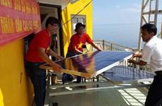 Des Vietnamiens en R. de Corée apportent des générateurs solaires à Truong Sa
