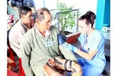 Aides médicales américaines pour des pauvres à Ben Tre