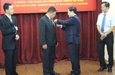L'Insigne pour la paix et l'amitié entre les nations à l'ambassadeur birman