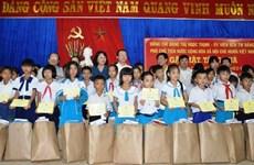 Dang Thi Ngoc Thinh remet des cadeaux à des familles pauvres du Centre
