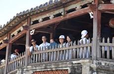 Les jeunes Viêt kiêu visitent deux provinces centrales