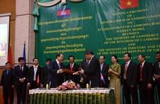 Vietnam et Cambodge signent un mémorandum sur la construction d'un marché frontalier modèle