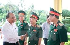 Le PM Nguyên Xuân Phuc travaille avec des responsables du commandement de la 4e zone militaire