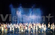 Trois adolescents vietnamiens jouent dans une comédie musicale à Moscou