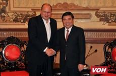 Un dirigeant de Ho Chi Minh-Ville reçoit le PDG du groupe AIA