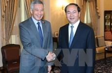 Entrevue entre le président vietnamien et le Premier ministre singapourien