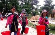 Remise de produits d'hygiène à des femmes pauvres de Kon Tum