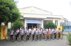 Dons de vélos du groupe DHL à des enfants pauvres