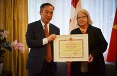 Deux personnes représentatives de l'amitié Suisse-Vietnam