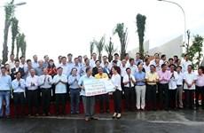 Le Consulat d'Afrique du Sud aide Hâu Giang à assainir l'environnement